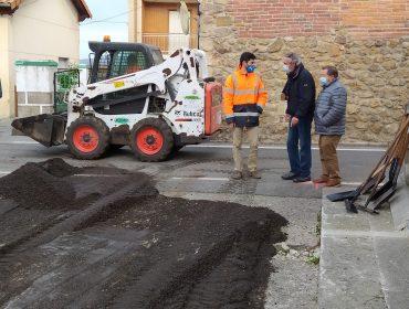 Los concejales de Obras y Barrios, Avelino Rodríguez Muriedas y Fernando Sañudo Pérez, durante su visita a una de las zonas que se está asfaltando