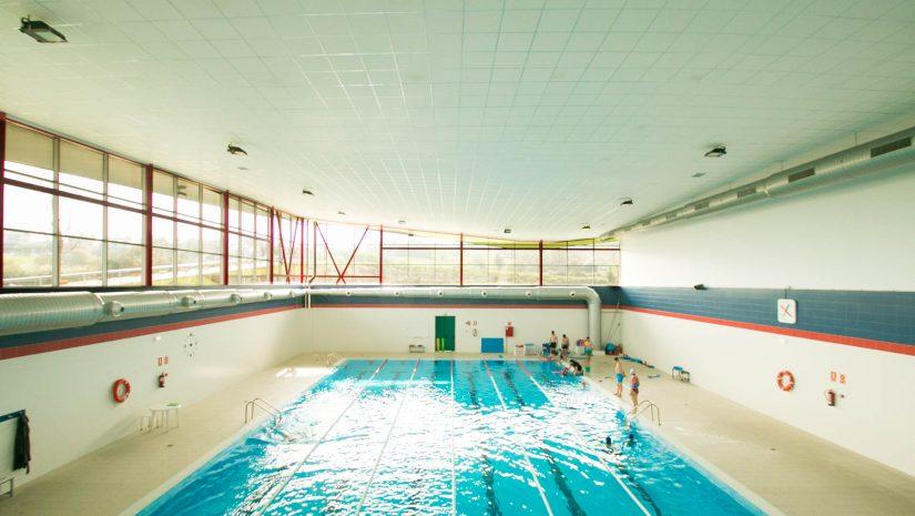 Usuarios en la piscina existente en el pabellón polideportivo de Requejada