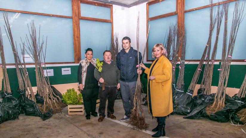 La alcaldesa, Rosa Díaz, y los concejales Isabel Herrera y Fernando Sañudo entregando los árboles en la campaña del pasado año