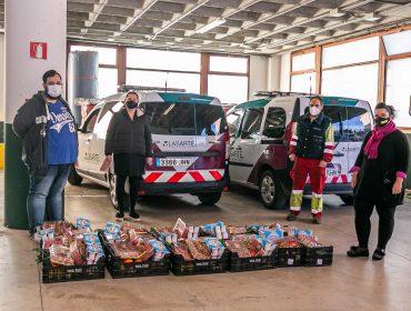 La concejal de Servicios Sociales, Isabel Herrera Landeras, recibe una donación de alimentos por parte de representantes de la empresa Lasarte