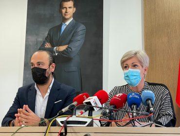 La alcaldesa de Polanco, Rosa Díaz, y el de Torrelavega, Javier López Estrada, presentando el convenio para ampliar el Torrebus