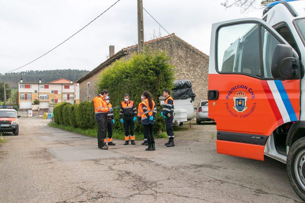 Voluntarios de Protección Civil realizando una actuación