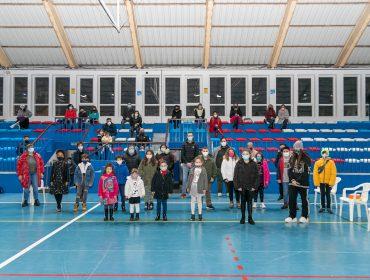 Autoridades y niños ganadores del concurso de postales navideñas convocado por el Ayuntamiento de Polanco