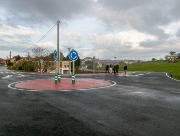 La alcaldesa de Polanco, concejales y directivos de Solvay visitan las obra ya terminadas de la carretera de Cumbrales