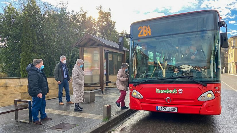 Rosa Díaz Fernández y concejales comprueban el uso del Torrebus por parte de los primeros viajeros en la parada situada en el centro de Polanco