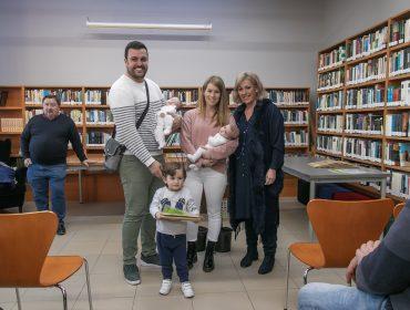 (Archivo) La alcaldesa en la entrega de árboles a las familias que ha tenido niños en el último año