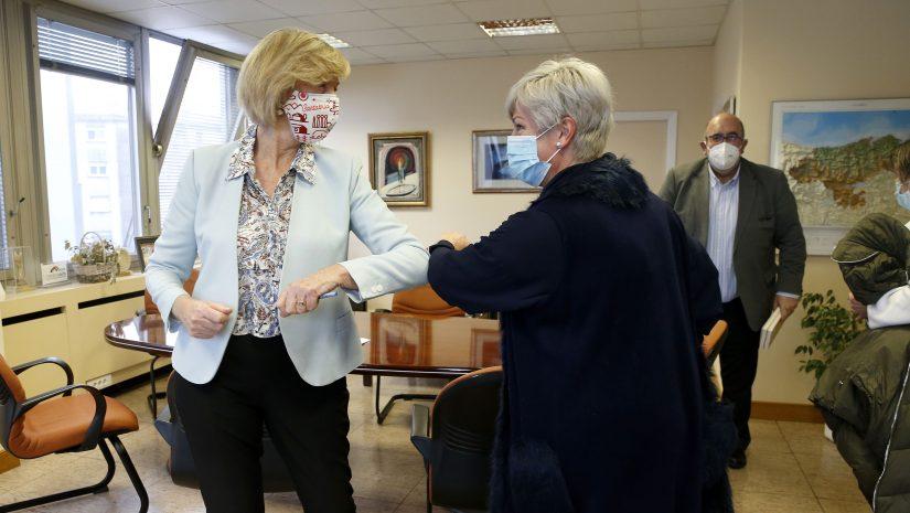 La consejera de Educación y Formación Profesional, Marina Lombó, junto a la alcaldesa de Polanco, Rosa Díaz