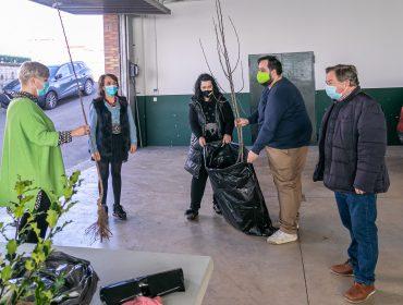 La alcaldesa, Rosa Díaz, y los concejales Isabel Herrera, Fernando Sañudo y Cristian Olmo entregando los árboles a una vecina del municipio