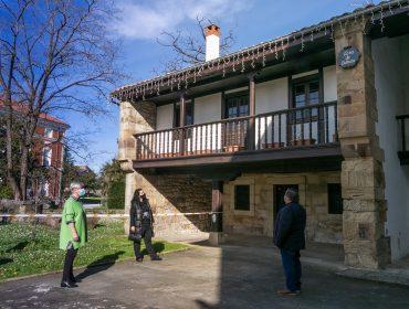 La alcaldesa y concejales frente a la Casa de Cultura cuyo edifico será remodelado gracias a una partida aprobado en el modificado presupuestario