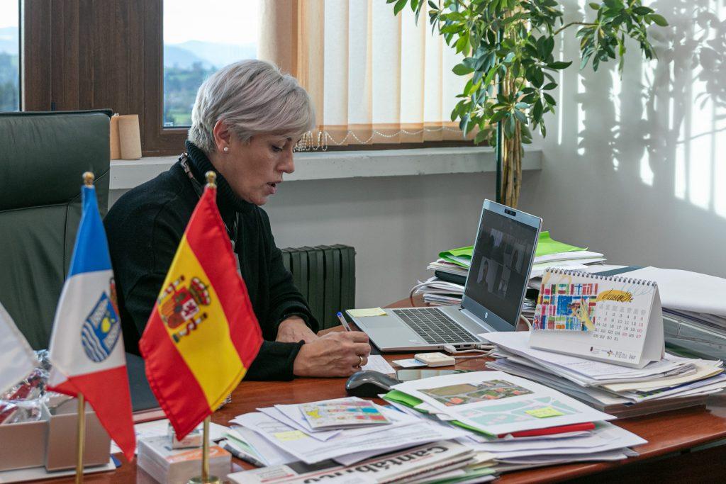 La alcaldesa presidiendo un pleno telemático de la Corporación