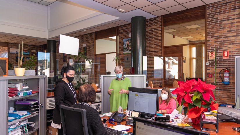 La alcaldesa de Polanco conversa con unos trabajadores de las oficinas municipales