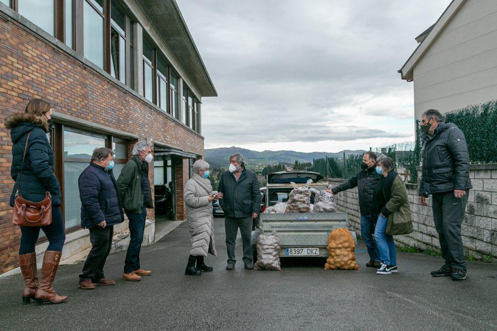 Los alcaldes de Polanco y Valderredible, junto sus colaboradores, durante la entrega de las patatas