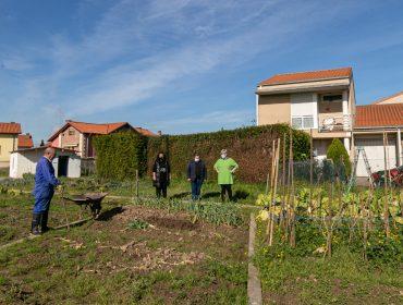 La alcaldesa de Polanco, Rosa Díaz Fernández, visita los huertos urbanos junto a los concejales de Medio Ambiente, Isabel Herrera, y de Barrios, Fernando Sañudo.