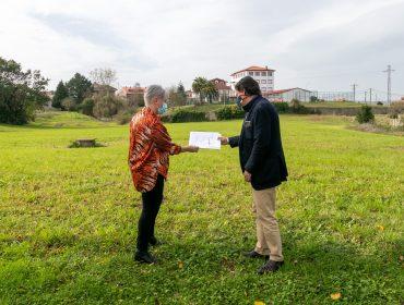 La alcaldesa, Rosa Díaz Fernández, en una reciente visita a la zona donde se construirá el nuevo saneamiento del barrio El Piñal