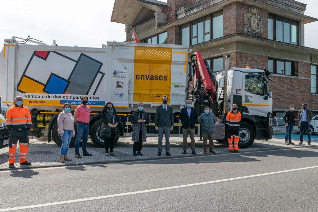 El consejero Guillermo Blanco y alcaldesa de Polanco, Rosa Díaz Fernández, durante la presentación de los equipos, nuevos camiones y los contenedores que van a prestar el servicio por parte de MARE