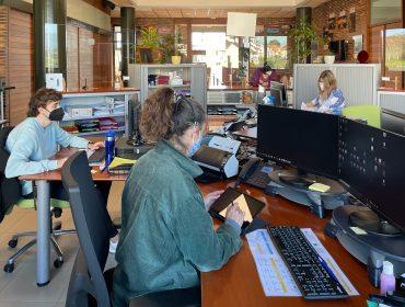 Empleados municipales atiende a un ciudadano mediante el uso del nuevo sistema