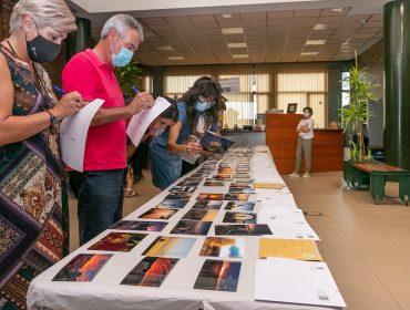 La alcaldesa y los miembros del jurado durante la revisión de las obras presentadas en la pasada edición del concurso