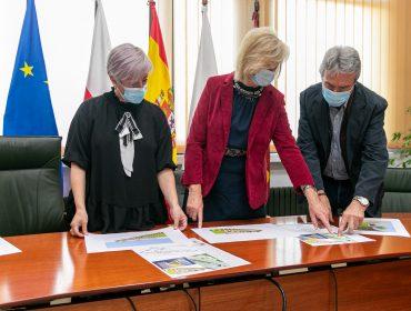 Alcaldesa, consejera y concejales revisan los planos del proyecto del futuro aula de 0 a 2 años