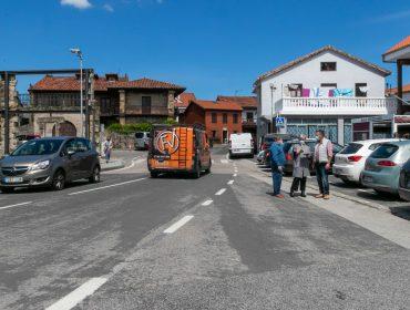 La alcaldesa y el concejal de Barrios explican a un vecino las actuaciones que se llevarán a cabo para mejorar la seguridad vial