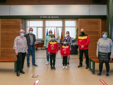 La alcaldesa junto a los concejales de Deportes y Juventud reciben a los jóvenes karatekas y sus familiares