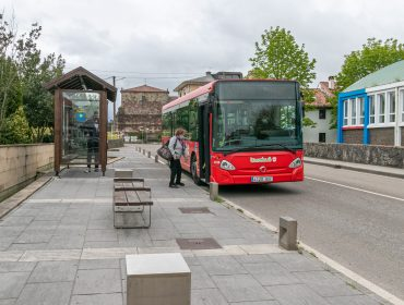 Vehículo del Torrebus que realiza el transporte urbano en Polanco recogiendo viajeros en el centro del municipio