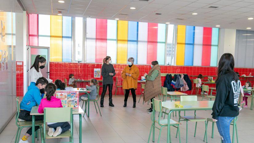 a alcaldesa de Polanco, Rosa Díaz Fernández, y la concejal de Juventud y Educación, Alicia Martínez Bustillo, visitando el campamento urbano