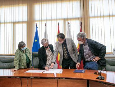 El consejero revisa con la alcaldesa y concejales los proyectos municipales