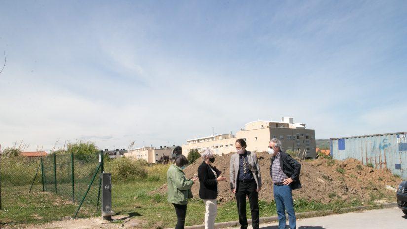 El consejero de Obras Públicas, José Luis Gochicoa, junto a la alcaldesa y concejales en en lugar donde se iniciará el nuevo vial en Requejada