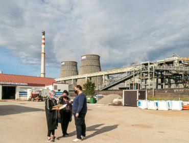 La alcaldesa de Polanco, Rosa Díaz Fernández, junto a los concejales Cristian Olmo e Isabel Herrera, frente a las torres de refrigeración de Solvay