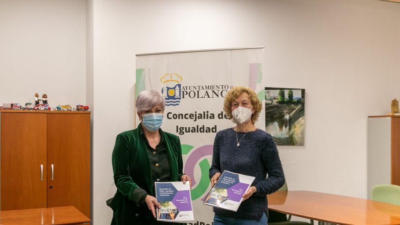 La alcaldesa entregando el documento del Plan a la representante de la única asociación de mujeres del municipio