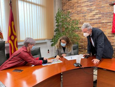 La alcaldesa de Polanco, Rosa Díaz Fernández, y el concejal de Obras, Avelino Rodríguez, muestran a la delegada del Gobierno en Cantabria, Ainoa Quiñones, el proyecto de la nueva carretera