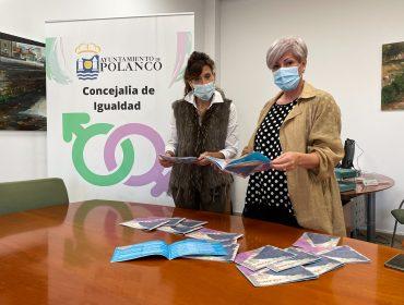 La alcaldesa y la concejal de Participación Ciudadana con el folleto editado sobre el Plan de Igualdad