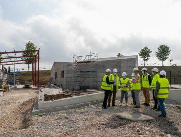 Alcaldesa, concejales y técnicos de la empresa en la visita realizada a las obras de ampliación de la zona deportiva y de ocio de Requejada