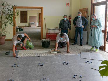 La alcaldesa y los concejales Fernando Sañudo y Avelino Rodríguez visitando los trabajos de acondicionamiento de las escuelas de Rumoroso