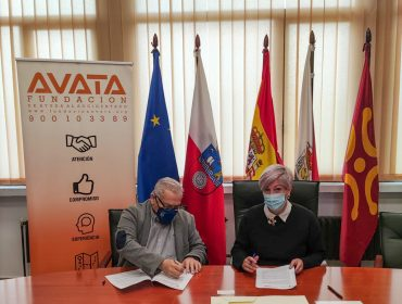 Firma del convenio entre la alcaldesa, Rosa Díaz Fernández, y el delegado en Cantabria de la Fundación AVATA, Ricardo Martínez