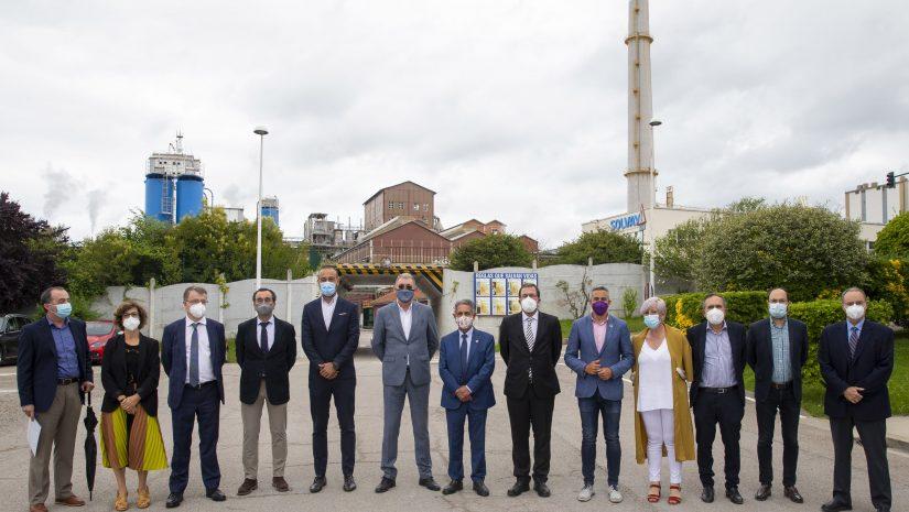 La alcaldesa de Polanco junto al secretario general de Industria, el presidente de Cantabria y resto de autoridades durante la visita a la empresa Solvay