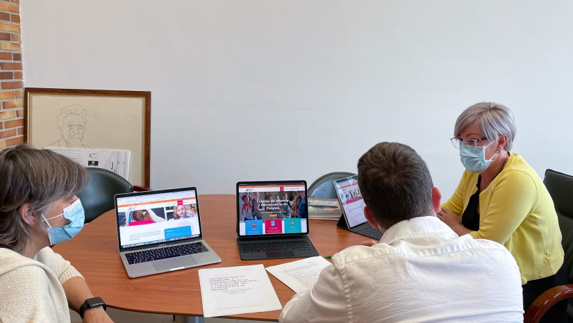 La alcaldesa y la concejal de Educación revisan junto a un técnico la web publicada sobre el Consejo