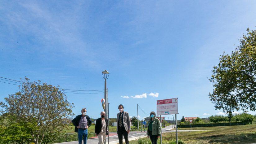 La alcaldesa y el consejero de Obras Públicas, José Luis Gochicoa, durante una reciente visita al tramo donde se construirán las aceras entre Soña y Polanco