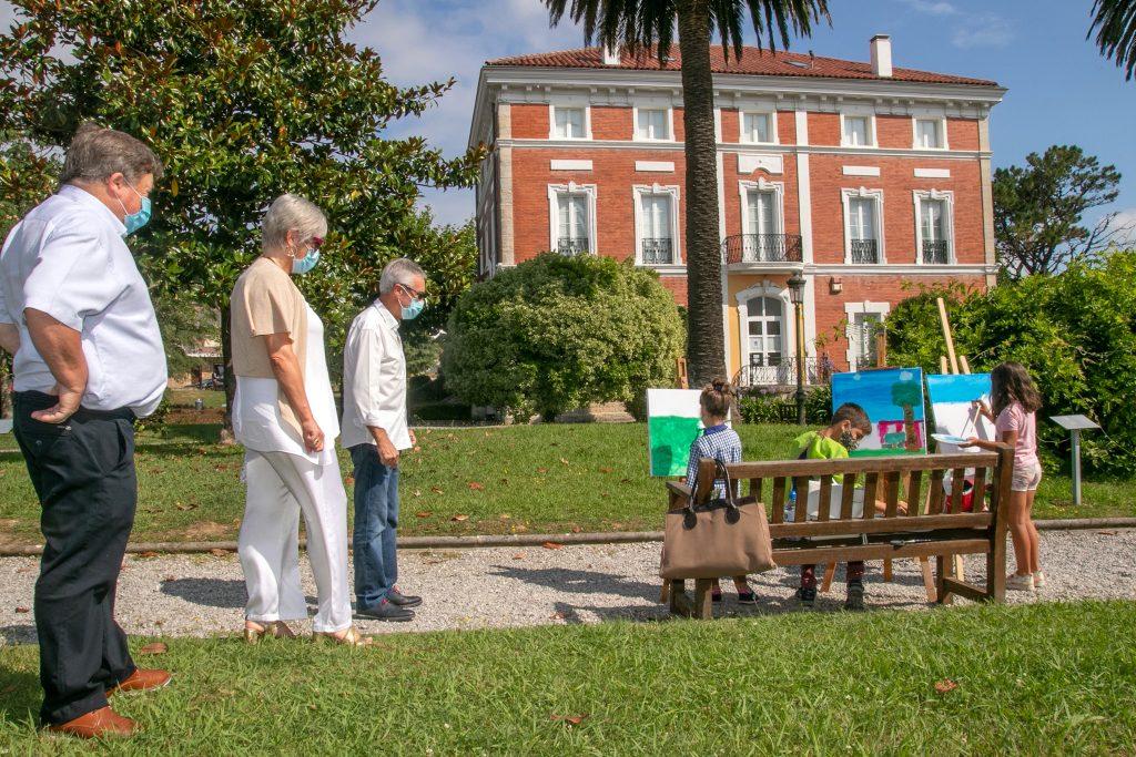 La alcaldesa, Rosa Díaz Fernández, y la concejal de Cultura, Alicia Martínez Bustillo, asisten al desarrollo del concurso de pintura al aire libre del pasado año