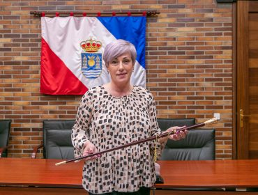 La alcaldesa de Polanco, Rosa Díaz Fernández, en el salón de plenos con el bastón de regidor