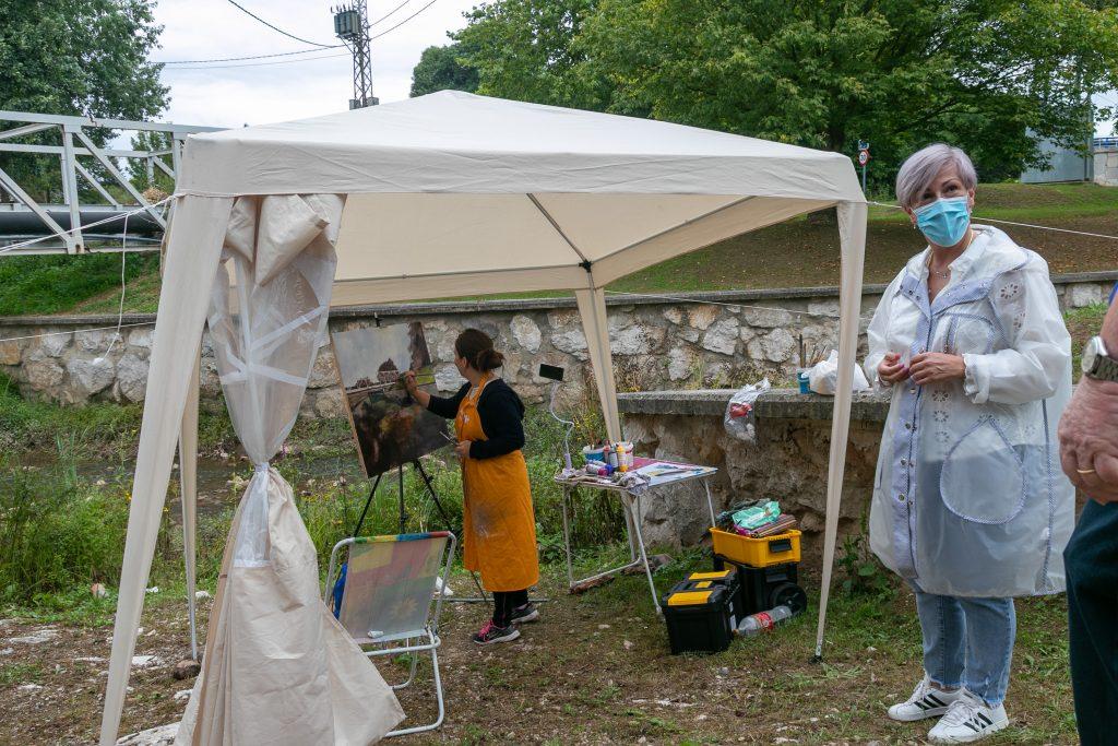 La alcaldesa, Rosa Díaz Fernández, y la concejal de Cultura, Alicia Martínez Bustillo, asisten al desarrollo del concurso de pintura al aire libre