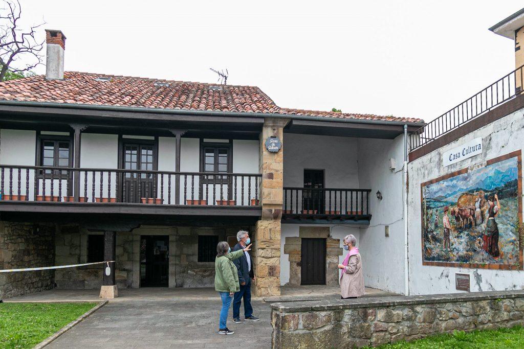 La alcaldesa, junto a los concejales de Cultura y Obras, Alicia Martínez y Avelino Rodríguez, frente a la Casa de Cultura