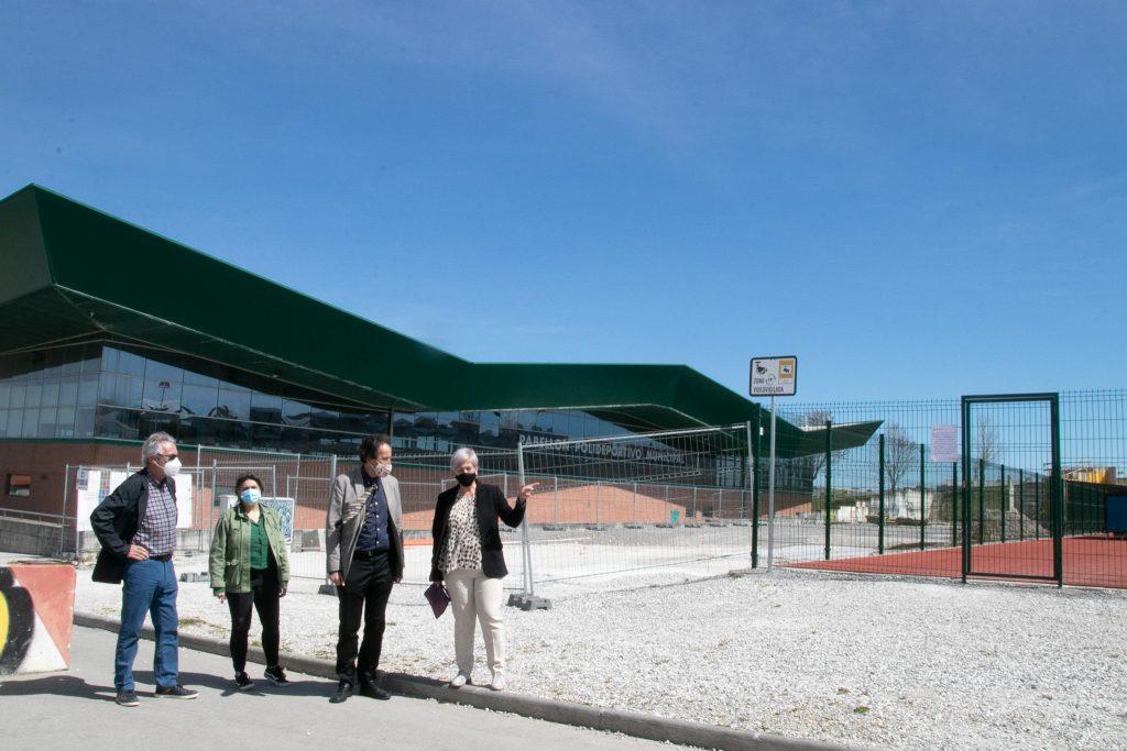 La alcaldesa y el consejero de Obras Públicas visitando la zona donde se ubicarán las pistas de pádel