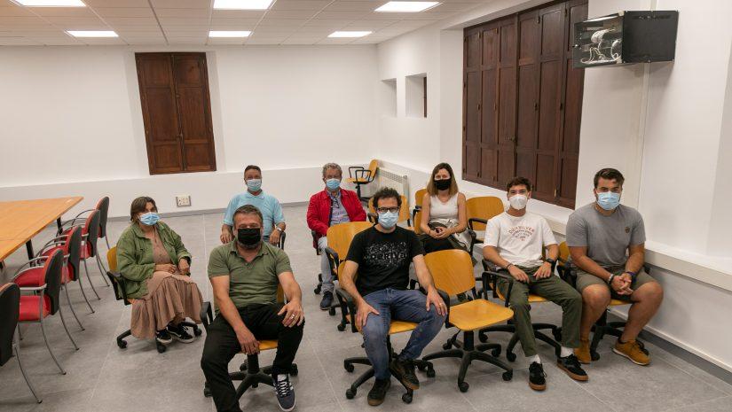 La concejal de Cultura con los representantes de los grupos que participarán en el primer disco recopilatorio de artistas de Polanco