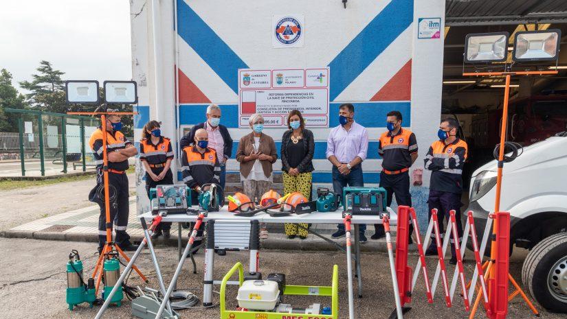 La consejera Paula Fernández y la alcaldesa, Rosas Díaz Fernández, junto a concejales y miembros de Protección Civil comprobando el nuevo material entregado a la agrupación