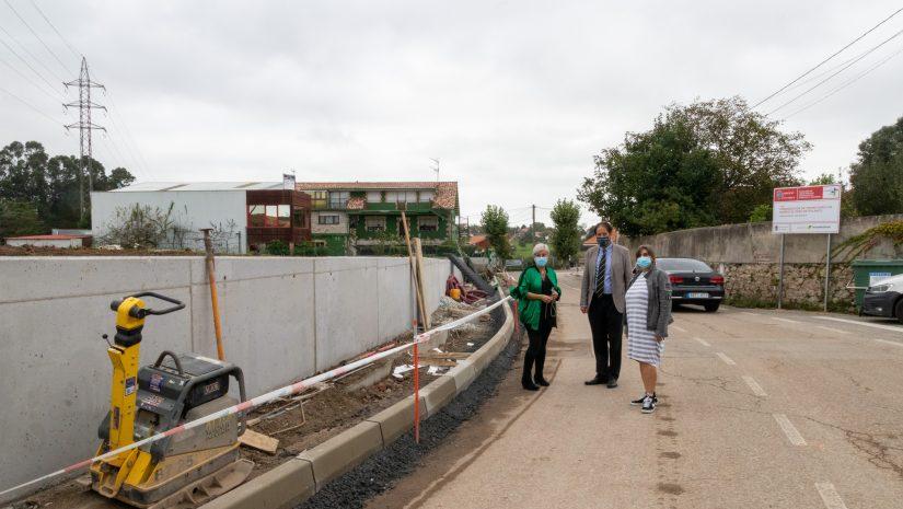Alcaldesa y consejero en su visita a las obras de las aceras