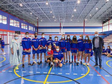 La alcaldesa, Rosa Díaz Fernández, y el concejal de Deportes, Avelino Rodríguez Muriedas, junto a los niños asistentes a una reciente actividad deportiva en el municipio