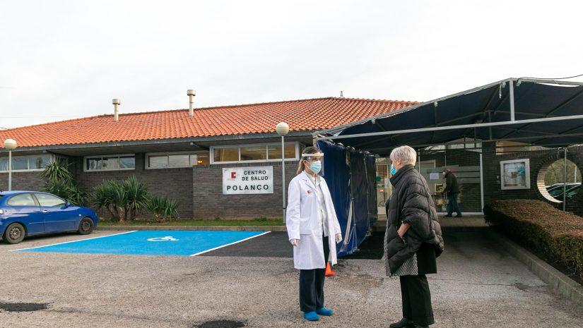 La alcaldesa de Polanco y concejales en una reciente visita al centro de salud para entrevistarse con su coordinadora