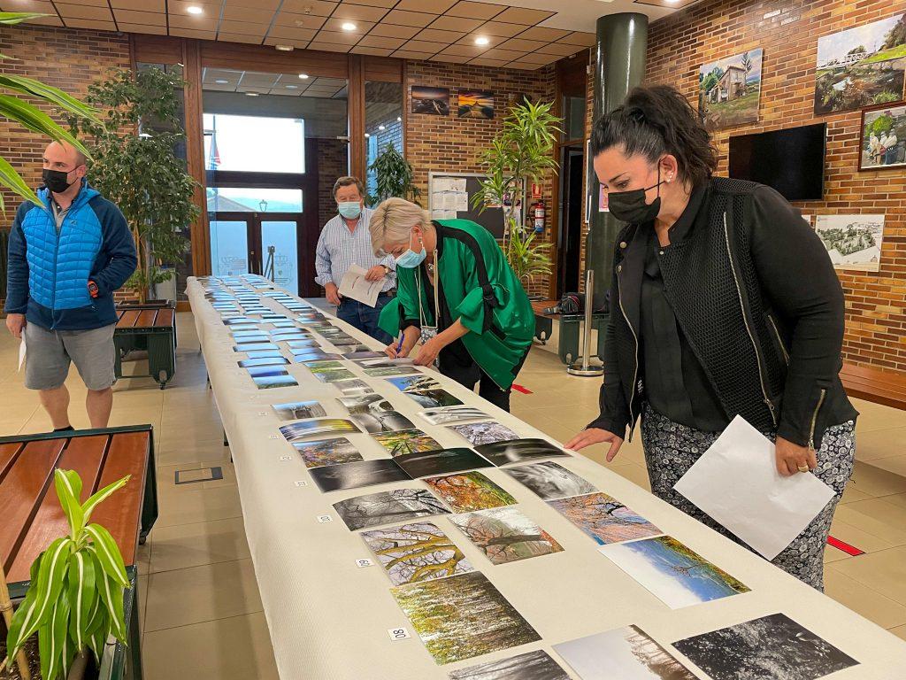 El jurado del certamen examinando las fotografías