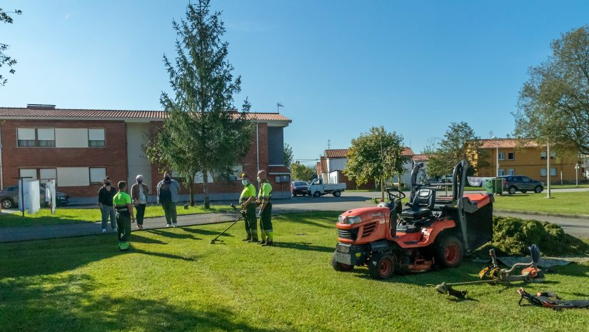 La alcaldesa de Polanco, Rosa Díaz Fernández, y la concejal de Medio Ambiente, Isabel Herrer Landeras, conversan con operarios de la empresa de mantenimiento de jardines
